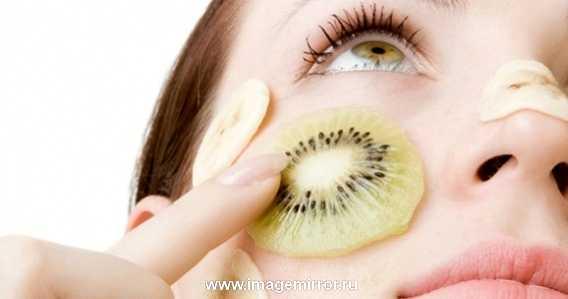 Правильно подготовьте кожу. Для этого необходимо сделать глубокую очистку и увлажнить лицо. Если этого не сделать, загрязнение и шелушение не дадут продержаться макияжу очень долго.