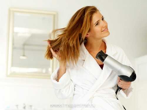 Регулярные укладки вредны не только здоровья волос, но также и для их цвета. Локоны теряют блеск, оттенки становятся тусклыми и «серыми». Поэтому возьмите за привычку всегда наносить спрей на основе силикона, который защитит локоны от вреда горячего воздуха.