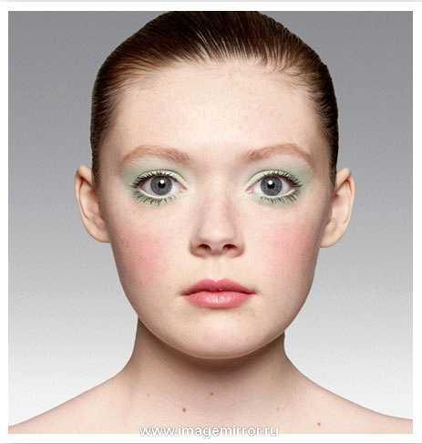У рыжеволосых девушек (Ирландия, Шотландия, Скандинавия) кожа очень светлая, светящаяся изнутри, буквально прозрачная. Очень важно сохранить эту прозрачность. Вместо тонального крема используйте тонирующий гель (всего 5% красящего пигмента). Оживите цвет лица кремовыми или гелевыми румянами (можно использовать обычную помаду нужного оттенка) — их легче растушевать, получается очень естественный эффект. Глаза (обычно зеленые ил серые) подчеркните тенями того же цвета, но оттенком светлее — усилите глубину и выразительность взгляда.