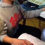 Рианна сделала татуировку зубилом и молотком